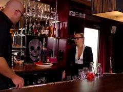 Blonde Teen Kellnerin auf dem Tresen geleckt