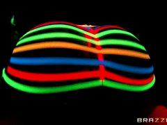 Jada Stevens – Blacklight Booty – Brazzers (8 gifs)