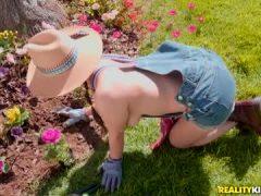 Valentina Nappi – Gardening Hoe