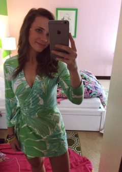 25 Pictures Of Girls With IPhones