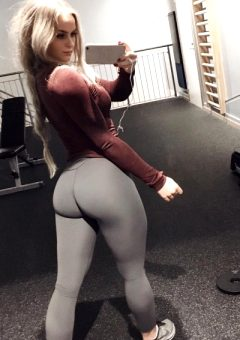 Girls Wearing Yoga Pants (22 Images)