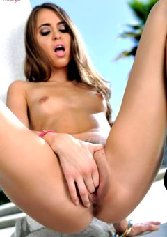 Riley Reid – Hot Enough For A Dip
